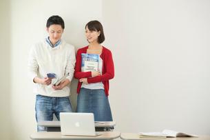 講義室で談笑する大学生カップルの写真素材 [FYI02829987]