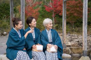 秋の温泉旅館で浴衣の桶と手拭を持つ三世代親子の写真素材 [FYI02829999]