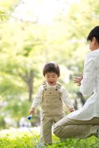 子供と公園で遊ぶ父の写真素材 [FYI02830002]