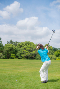 ゴルフをする中高年女性の写真素材 [FYI02830016]
