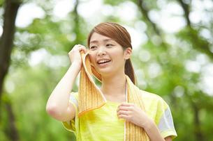 タオルで汗を拭く女性の写真素材 [FYI02830021]
