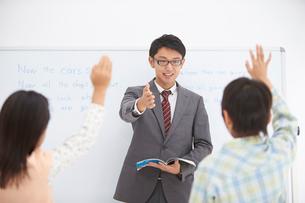 授業中の男性教師と小学生の生徒の写真素材 [FYI02830029]