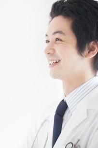 白衣を着た笑顔の日本人男性の横顔の写真素材 [FYI02830033]