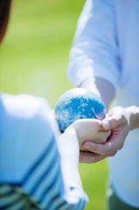 地球を持つカップルの手元の写真素材 [FYI02830035]