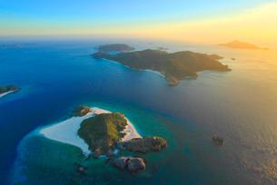 嘉比島と阿嘉島など慶良間諸島の空撮夕景の写真素材 [FYI02830044]