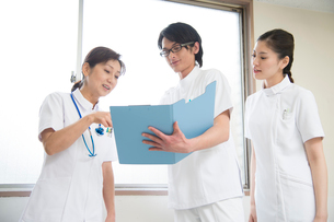 女医と看護師男女の写真素材 [FYI02830079]
