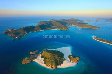 嘉比島と座間味島など慶良間諸島の空撮夕景の写真素材 [FYI02830098]