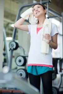 汗を拭う女性の写真素材 [FYI02830120]