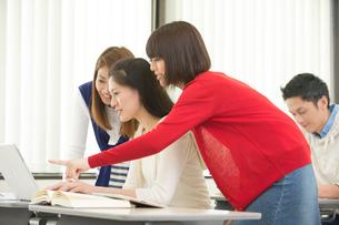 講義室で自習する大学生男女四人の写真素材 [FYI02830123]