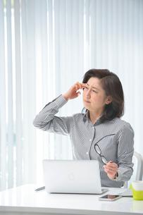 眼精疲労と頭痛のビジネスウーマンの写真素材 [FYI02830136]