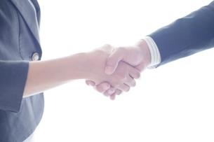 握手するビジネスマンとビジネスウーマンの手元の写真素材 [FYI02830141]