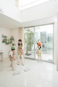 掃除をする母と子供男女の写真素材 [FYI02830184]