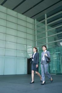 オフィスビルを歩くOL2人の写真素材 [FYI02830191]