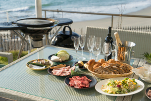 海のレストランのバーベキューセットの写真素材 [FYI02830215]