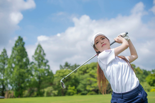 ゴルフをする20代女性の写真素材 [FYI02830221]