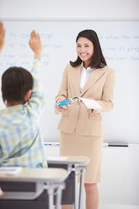 授業中の女性教師と小学生の生徒の写真素材 [FYI02830229]