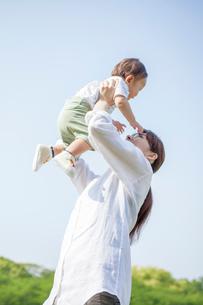 赤ちゃんを抱き上げる母親の写真素材 [FYI02830231]