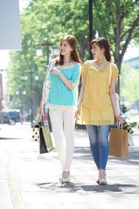 ショッピングで街を歩く女性2人の写真素材 [FYI02830232]