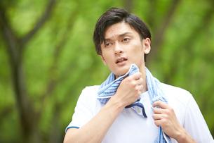 タオルで汗を拭く男性の写真素材 [FYI02830233]