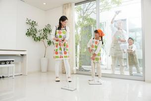掃除をする家族四人の写真素材 [FYI02830246]