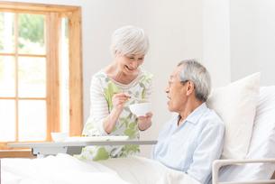 食事する老々介護のシニア夫婦の写真素材 [FYI02830249]