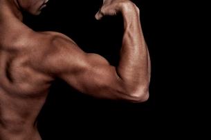 筋肉質の男性の上半身の写真素材 [FYI02830296]