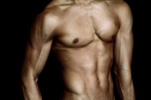 筋肉質の男性の上半身の写真素材 [FYI02830331]