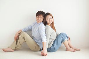 手をつなぐ笑顔のカップルの写真素材 [FYI02830332]
