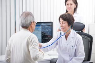 診察する女医と看護師と患者の写真素材 [FYI02830338]