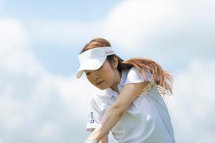 ゴルフをする20代女性の写真素材 [FYI02830347]