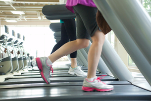ランニングマシンで走る女性の足元の写真素材 [FYI02830361]