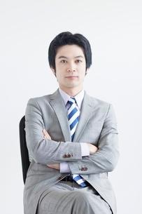 イスに座る日本人ビジネスマンの写真素材 [FYI02830382]