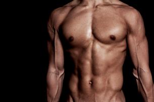 筋肉質の男性の上半身の写真素材 [FYI02830383]