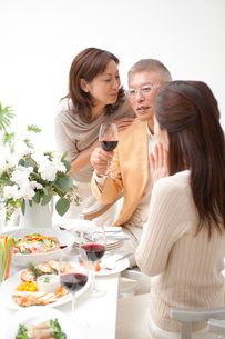 中高年夫婦とホームパーティーのお客様の写真素材 [FYI02830402]