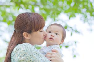 赤ちゃんを抱きしめキスする母親の写真素材 [FYI02830420]