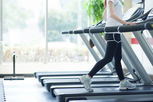 ランニングマシンで運動する女性の足元の写真素材 [FYI02830429]