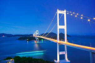 糸山公園展望台から望む来島海峡大橋の夜景の写真素材 [FYI02830483]