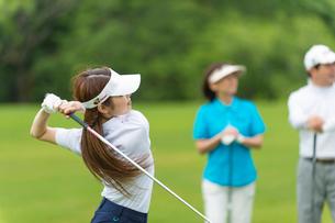ゴルフをする三人家族の写真素材 [FYI02830508]