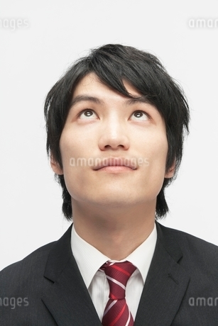見上げるビジネスマンの写真素材 [FYI02830550]