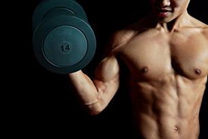 ダンベルを持つ筋肉質の男性の写真素材 [FYI02830557]