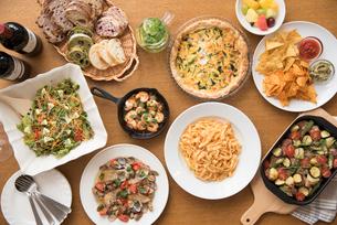 ホームパーティーのイタリア料理とワインの写真素材 [FYI02830558]