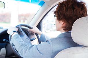 自動車を運転する男性の写真素材 [FYI02830563]