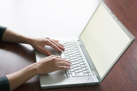 パソコンを操作するビジネスウーマンの手元の写真素材 [FYI02830565]