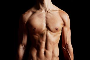筋肉質の男性の上半身の写真素材 [FYI02830570]