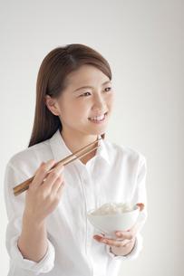 ご飯茶碗を持つ笑顔の女性の写真素材 [FYI02830572]
