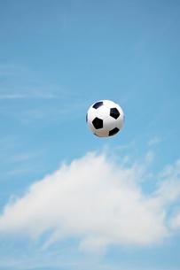 青空とサッカーボールの写真素材 [FYI02830576]