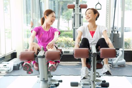 ジムで運動する笑顔の女性の写真素材 [FYI02830605]
