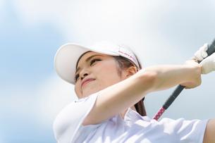 ゴルフをする20代女性の写真素材 [FYI02830617]
