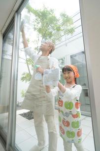 掃除をする父と娘の写真素材 [FYI02830636]