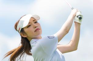 ゴルフをする20代女性の写真素材 [FYI02830641]